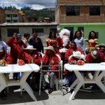 Beneficencia de Huaraz entrega casacas a adultos del asilo