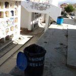 Cumpliendo la limpieza diaria en el Cementerio de Huaraz