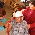 Adultos mayores son vacunados contra la influenza