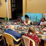 Nuestros adultos mayores oran antes de comer sus alimentos